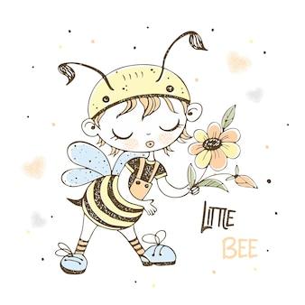 面白い小さな蜂の衣装を着たかわいい男の子。
