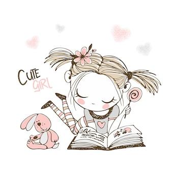 Милая маленькая девочка читает книгу.