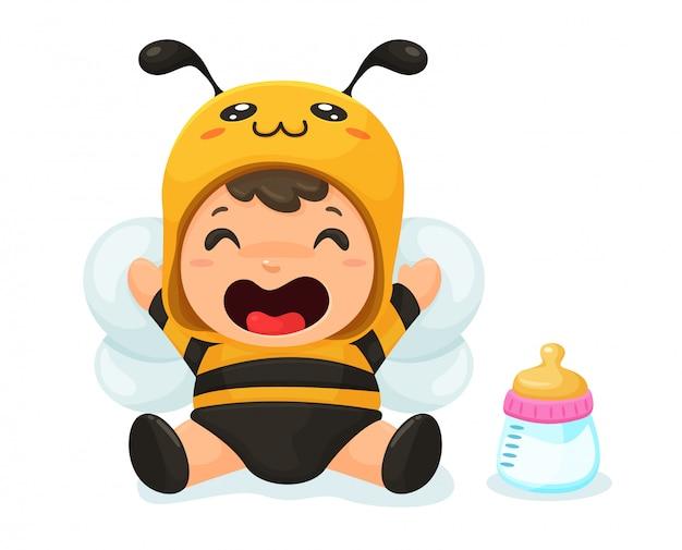 赤ちゃんはかわいいミツバチのドレスを着ています。