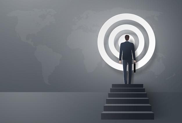 Бизнесмен шаг вперед к цели, чтобы быть успешным