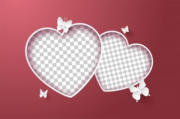 Открытка валентинка, бабочка вокруг пустой формы в форме сердца на розовом