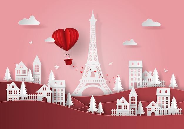 赤いハート形の風船村の上に浮かぶ
