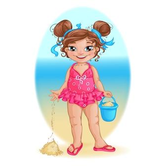 ピンクの水着の少女は、バケツでビーチで遊びます。