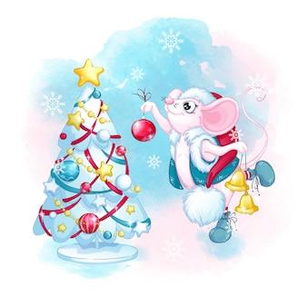 サンタクロースの帽子のかわいい白いマウスはクリスマスツリーを飾ります。