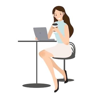ビジネスの女性が彼女の携帯電話をコーヒーカップでチェック