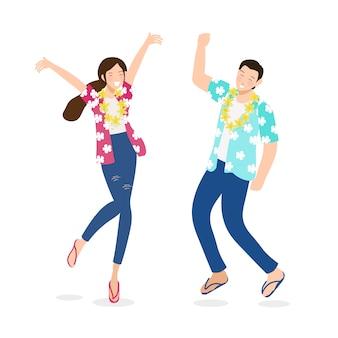 幸せなタイのカップルは、分離した白い背景にソンクラン祭りの水を楽しむ