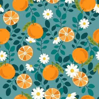 かわいい手がオレンジ色の果物を描くし、緑の背景のシームレスパターンのスライス