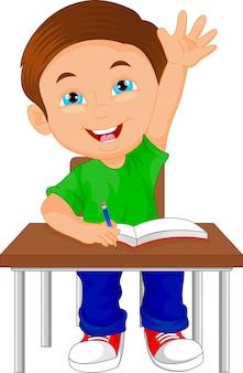 テーブルの上に座っている学校の男の子