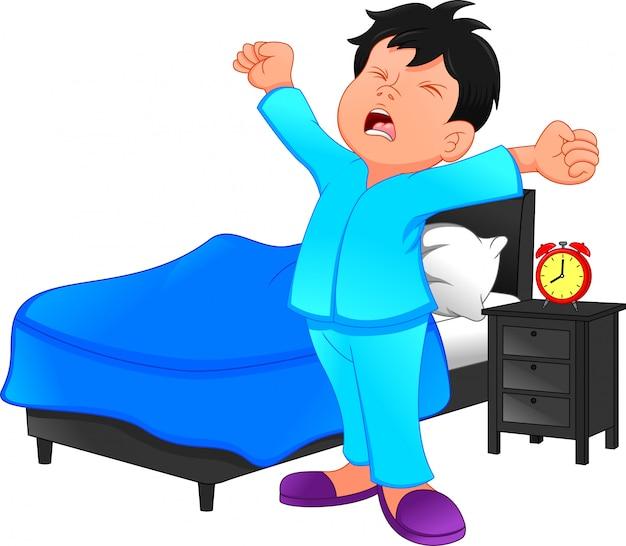 小さな男の子は朝目を覚ます
