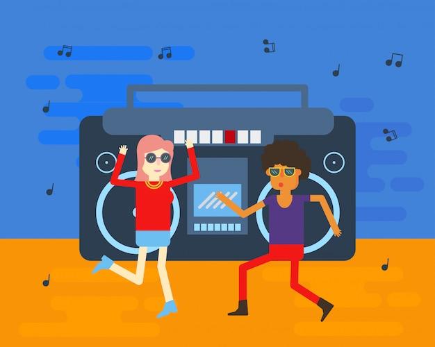 古い学校のカップルはビンテージラジオから音楽を楽しんだ