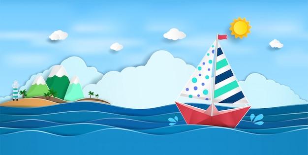 Бумажный парусник, плывущий по океану и вид на природу того яркого лета