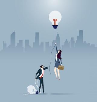ビジネスマンと女性がさまざまなアイデアを生み出した