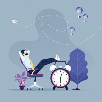 椅子-時間管理の概念に座ってリラックスした実業家