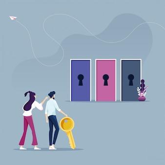 Бизнесмен держит ключ с другой дверью