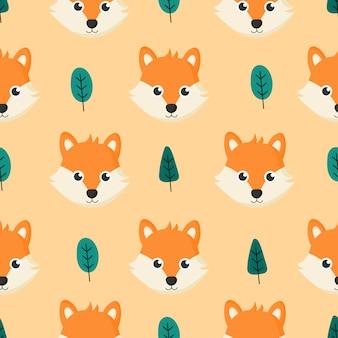 漫画の赤ちゃんキツネと子供のための木かわいいシームレスパターン。オレンジ色の背景上の動物。