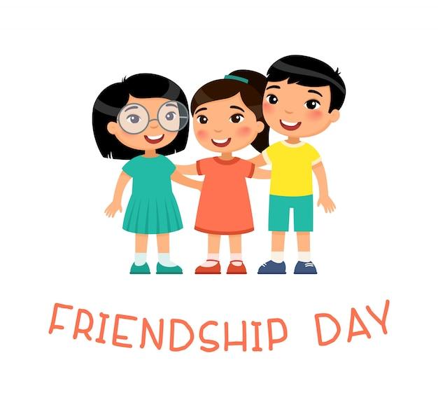День дружбы две милые маленькие азиатские девушки и мальчик обниматься. забавный мультипликационный персонаж.