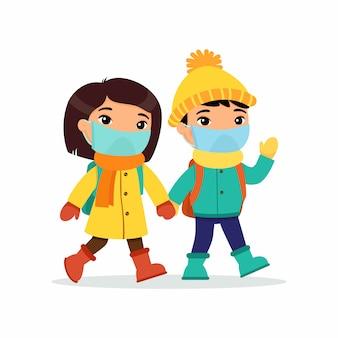 Азиатская школьница и школьник идя к иллюстрации квартиры плоской. пара учеников с медицинскими масками на лицах, держась за руки изолированных героев мультфильмов. два ученика начальной школы