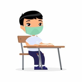 彼の顔の平らなイラストに保護マスクをつけたレッスンの生徒。アジアの少年は彼女の机で学校のクラスに座っています。ウイルス保護の概念。