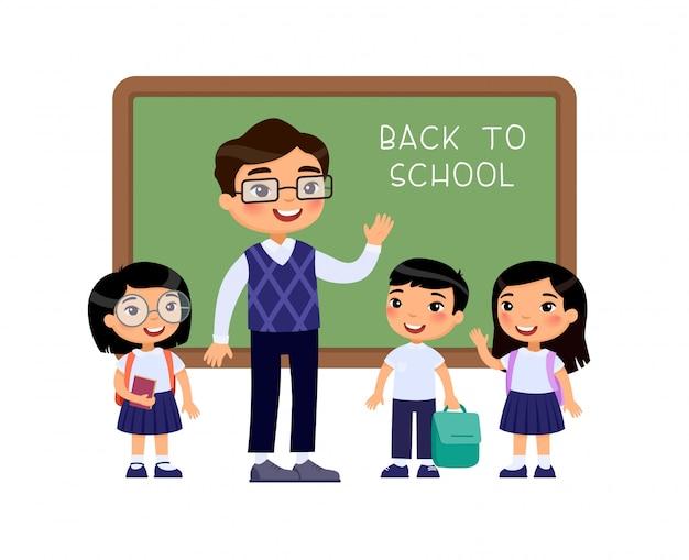 Учитель приветствие учеников в классе плоский векторные иллюстрации. мальчики и девочки, одетые в школьную форму и мужской учитель, указывая на доске героев мультфильмов. ученики начальных классов снова в школу