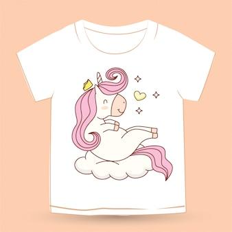 Милый единорог, лежащий на облаке для футболки