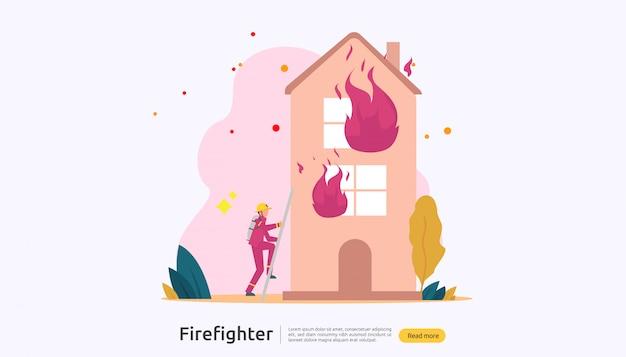 Пожарный в форме, используя брызги воды из шланга для пожаротушения горящего дома