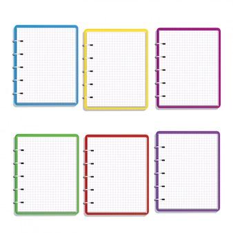白で隔離される正方形のグリッドの空白のページで現実的なカラフルなスパイラルノートのセット