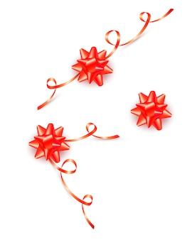 白で隔離される巻き毛のリボンと赤いギフト弓のセット