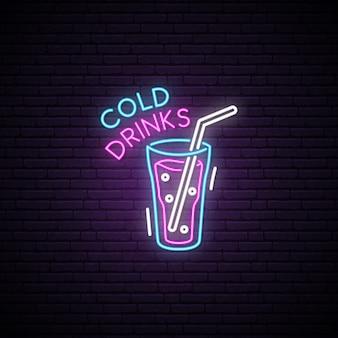 冷たい飲み物のグロスガラス。ネオンサイン。