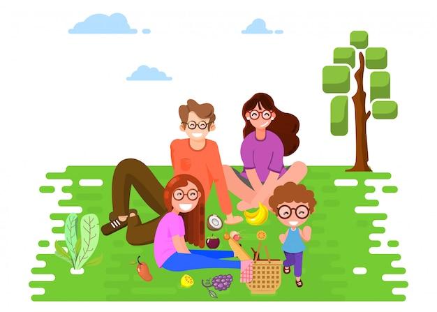 Счастливая семья в парке на пикнике.
