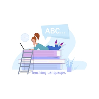 Преподавание языков концепции векторные иллюстрации. метафора на иллюстрации - огромная стопка книг, на которой лежит крошечная женщина и смотрит в ноутбук.