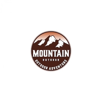 屋外の山の自然のロゴ、野生動物の冒険松の木の森