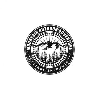 Открытый горный логотип природы - приключения дикой природы сосновый лес