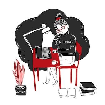 Молодая женщина сидит и работает с ноутбуком
