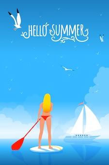 パドルボード上のビキニの女の子。こんにちは夏の手作りタイポグラフィ。