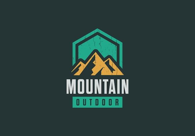 Классический горный логотип приключения, открытый