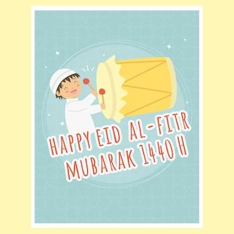 幸せなイスラム教徒の少年を押す