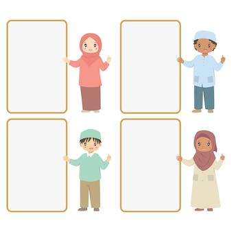 空のボード、漫画セットの横に立っているイスラム教徒の子供たち。