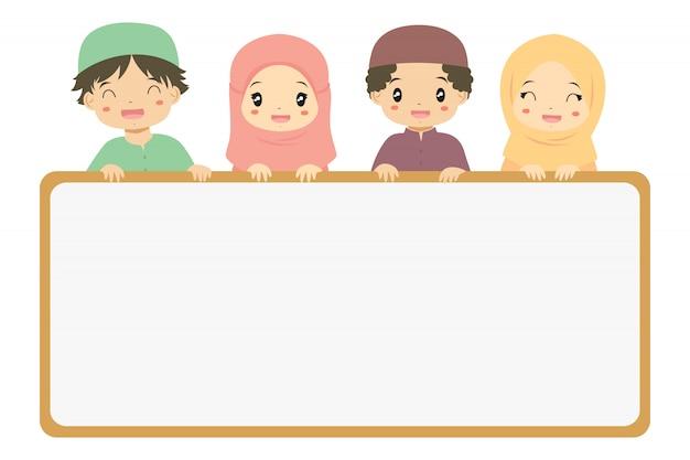 Мусульманские маленькие мальчики и девочки держат пустой баннер. мусульманский детский мультфильм