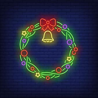 Зеленый рождественский венок с колокольчиком в неоновом стиле