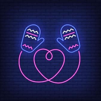Вязаные варежки с сердечком в неоновом стиле