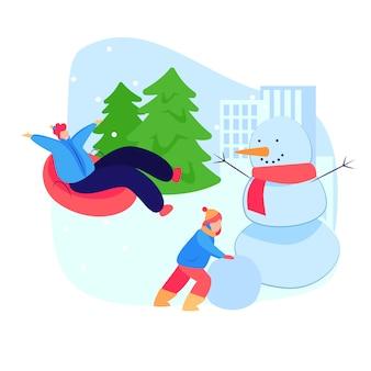 Люди наслаждаются зимними развлечениями