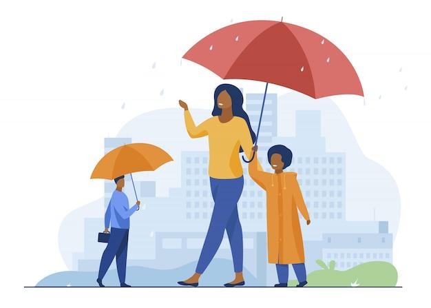 路上で雨の中歩いている人
