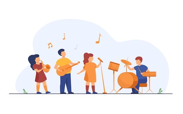 Симпатичные молодые музыканты на школьном музыкальном фестивале