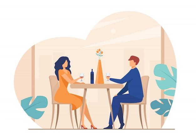 ロマンチックなディナーを楽しむデートのカップル