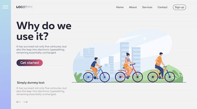 都市公園で自転車に乗る家族