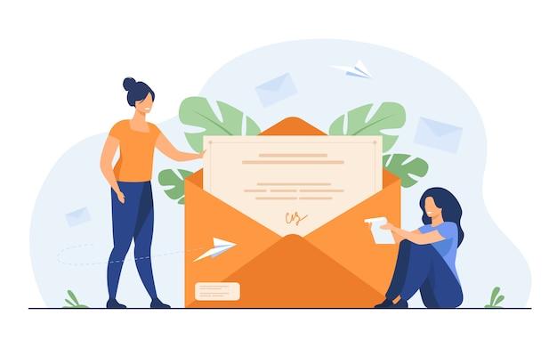 Женщина получает почту и читает письмо