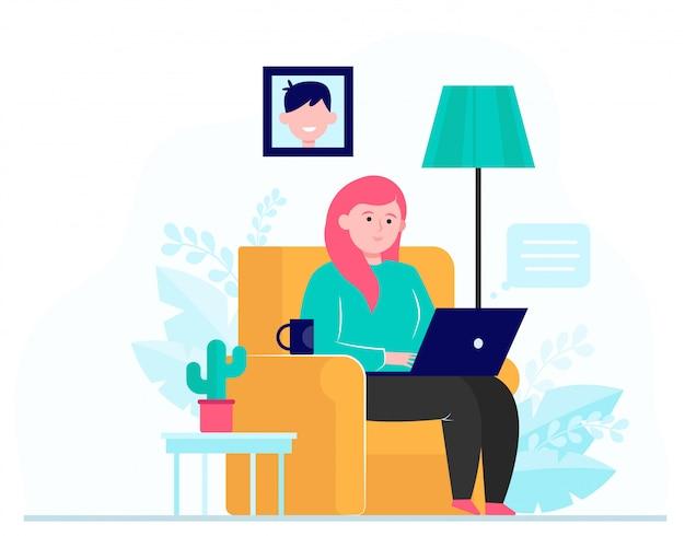 Молодая девушка работает с ноутбуком