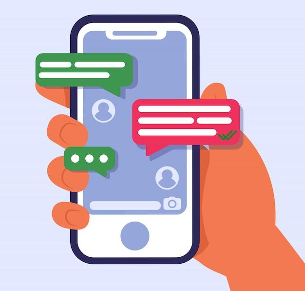 Рука держит мобильный телефон с текстовыми сообщениями