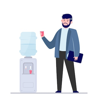 Мужчина пьет воду в холодильнике