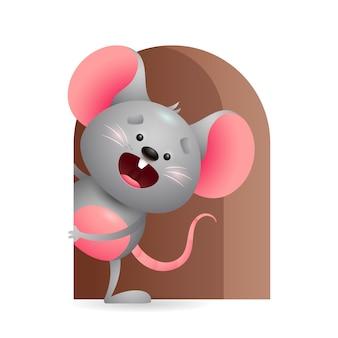 Веселая серая мышь выглядывает из дыры